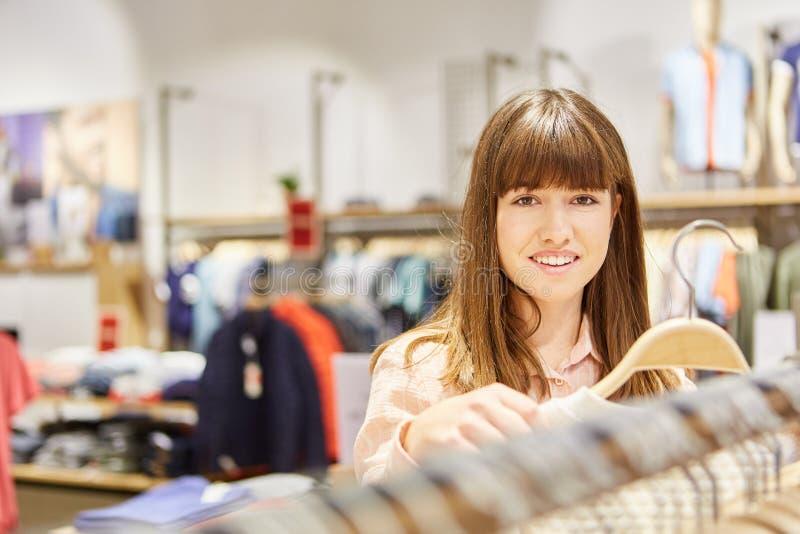 Tieners die voor kleren winkelen stock afbeeldingen
