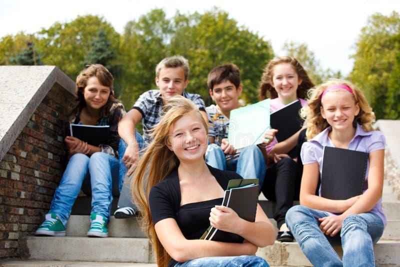 Tieners met boeken
