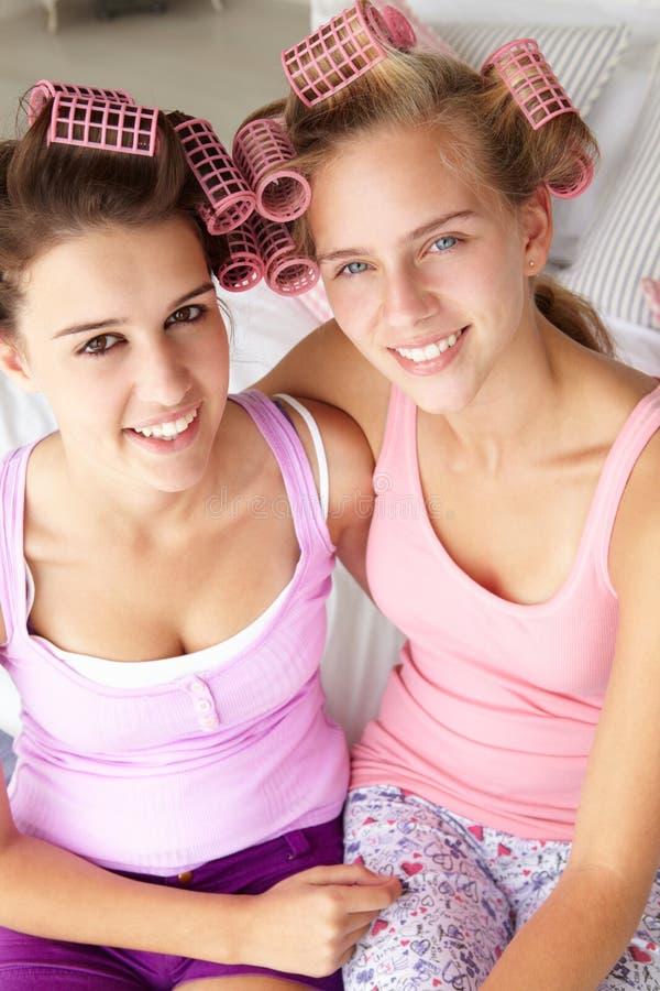 Tieners met haar in krulspelden royalty-vrije stock afbeelding