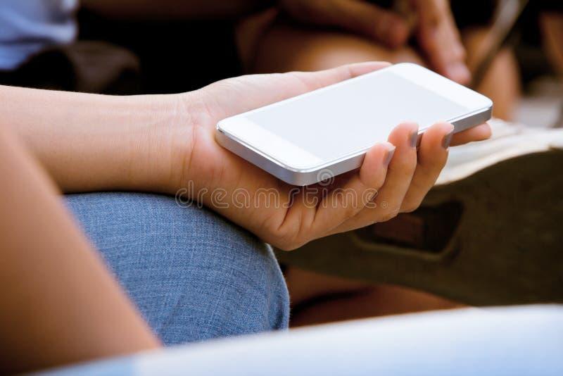 Download Tieners Met Mobiele Telefoon Stock Afbeelding - Afbeelding bestaande uit sluit, wijfje: 39118053