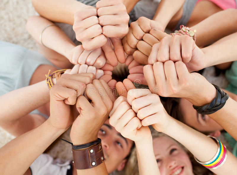 Tieners op de vloer met omhoog duimen royalty-vrije stock foto's