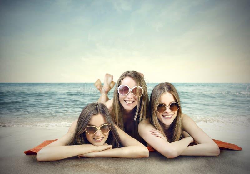Tieners op het strand stock foto's