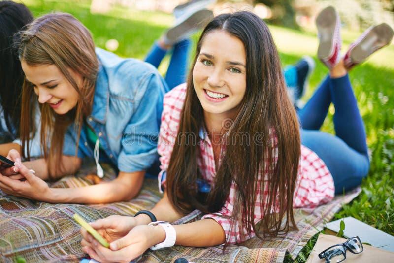 Tieners in park stock fotografie