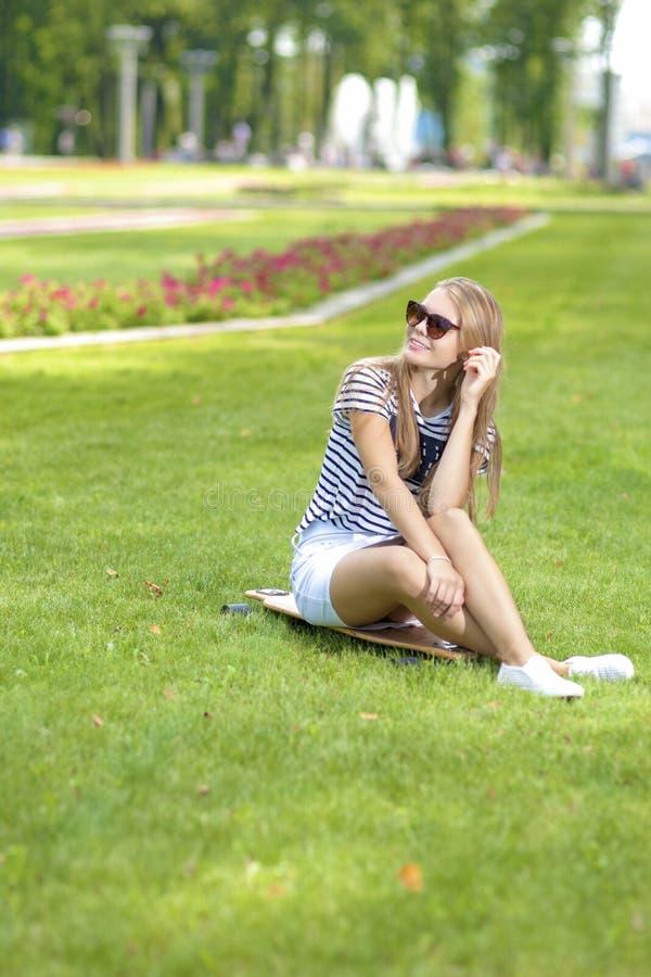 Tienerslevensstijl Portret van het Leuke Glimlachen Kaukasische Blonde Te stock afbeelding