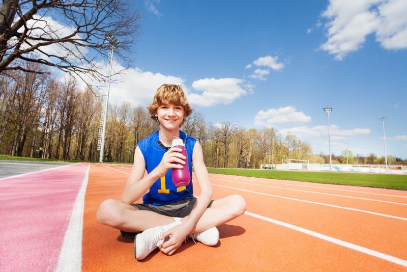 Tienersportman die rust na het uitwerken hebben royalty-vrije stock afbeeldingen