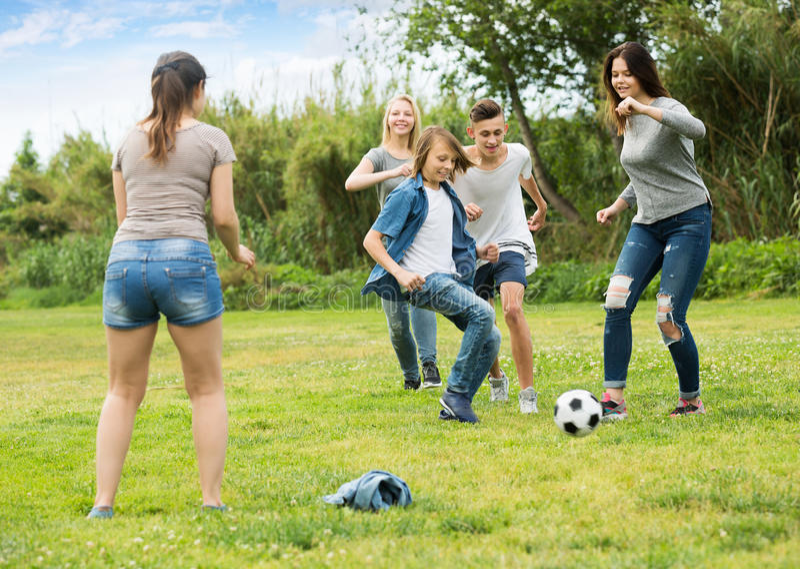 Tienersvrienden die met bal lopen royalty-vrije stock afbeelding