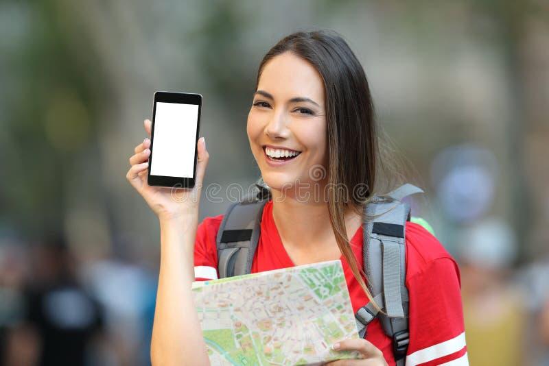 Tienertoerist die het mobiel telefoonscherm tonen stock afbeelding