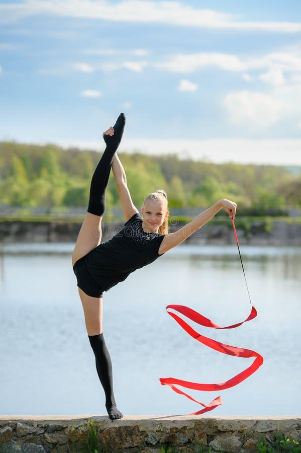 Tienerturner die Verticale Spleet doen royalty-vrije stock fotografie