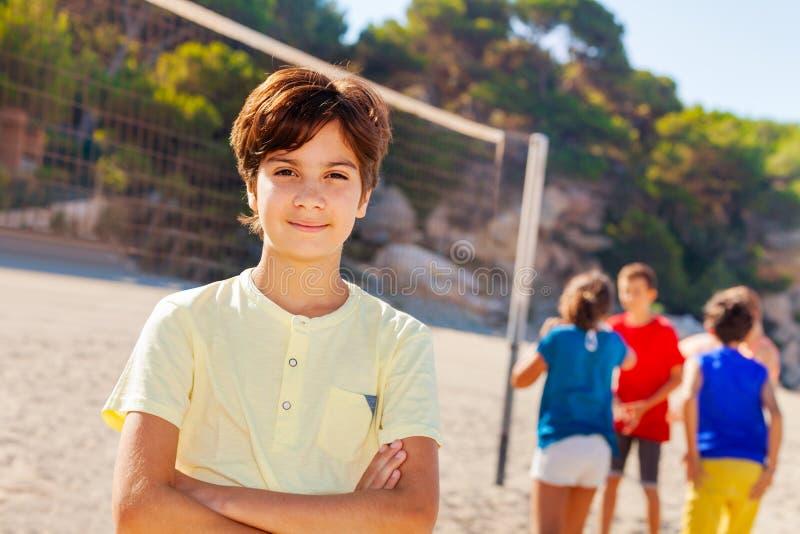 Tienervolleyballspeler die op het strand rusten royalty-vrije stock foto