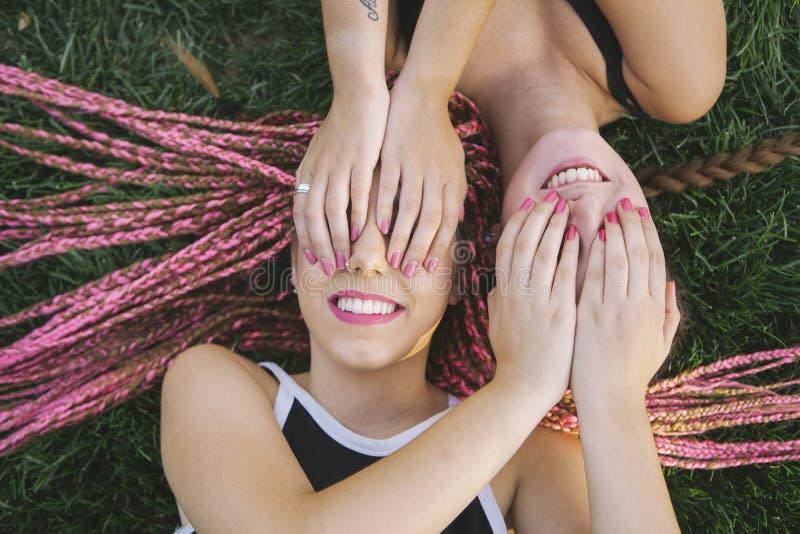 Tienervrienden in speelse houding stock foto
