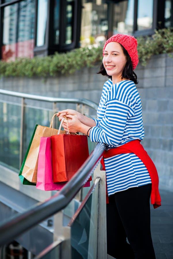 Tienervrouwen die een het winkelen zak houden royalty-vrije stock foto's