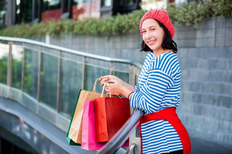 Tienervrouwen die een het winkelen zak houden royalty-vrije stock foto