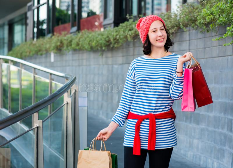 Tienervrouwen die een het winkelen zak houden stock afbeelding