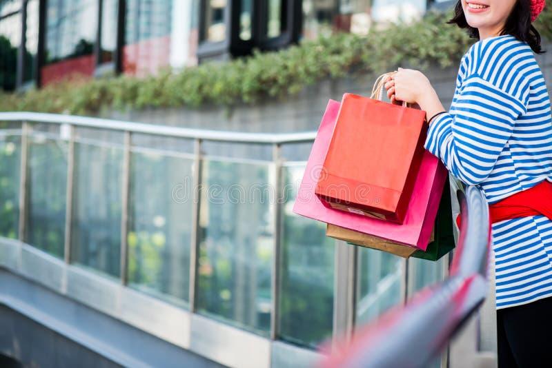 Tienervrouwen die een het winkelen zak houden royalty-vrije stock afbeelding