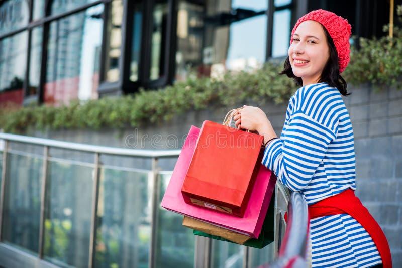 Tienervrouwen die een het winkelen zak houden stock foto