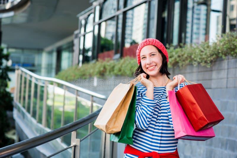 Tienervrouwen die een het winkelen zak houden stock foto's