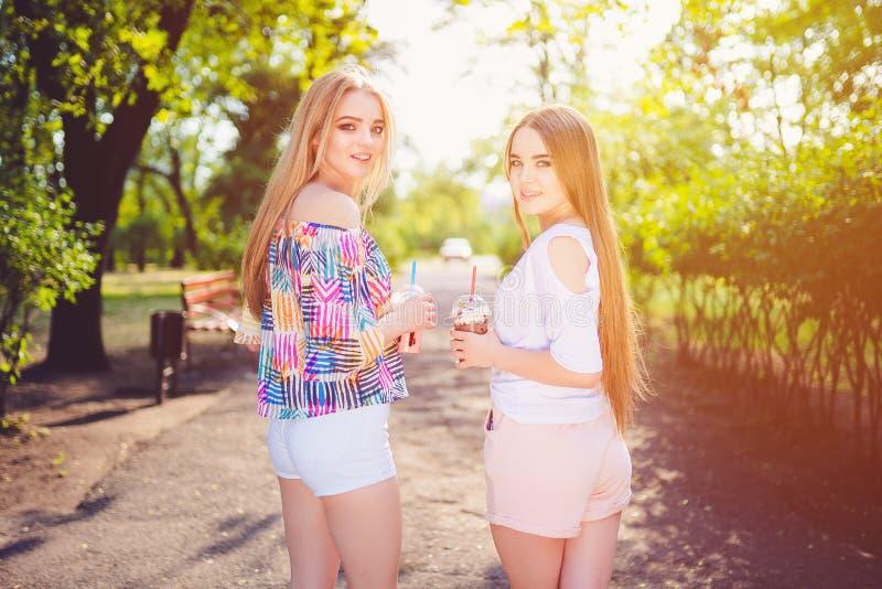 In tienervrouwen met dranken royalty-vrije stock fotografie