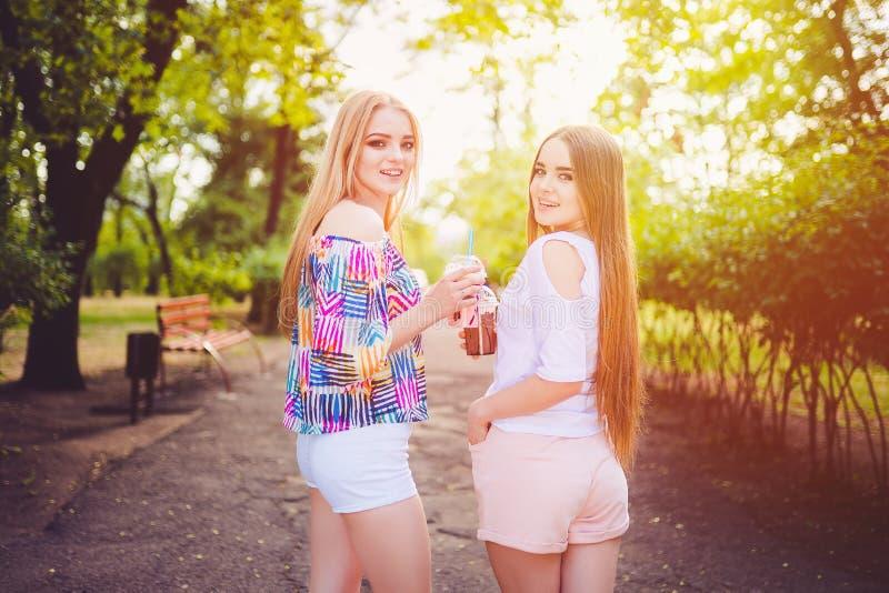 In tienervrouwen met dranken stock foto