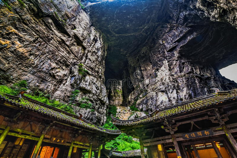 Tienfu takvåning i tre naturliga broar arkivfoto
