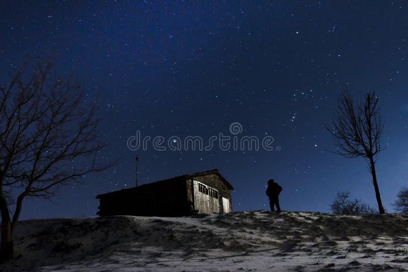 Tient le premier rôle la neige de nuit photographie stock libre de droits