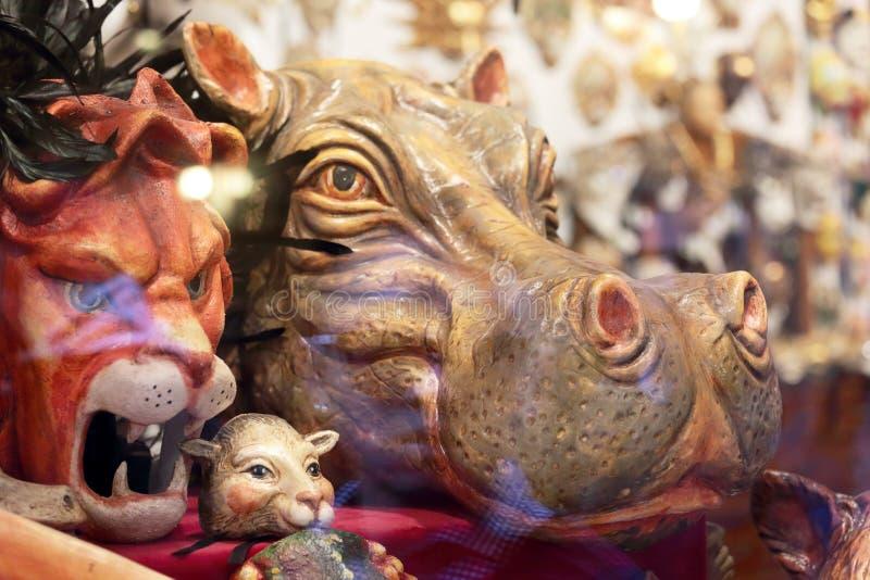 Tier maskiert in einem Shopfenster in Venedig lizenzfreie stockbilder