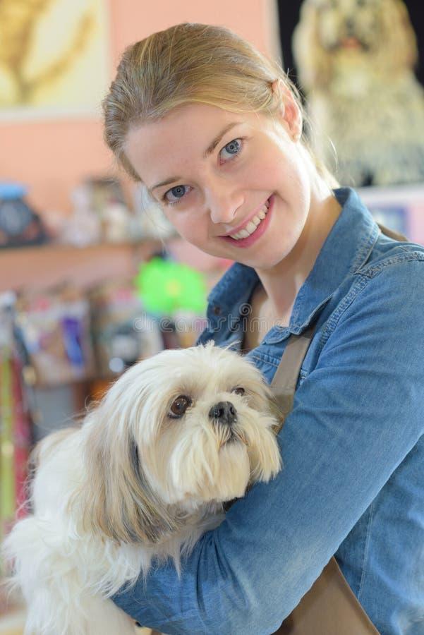 Tierarbeitskraft, die Hund hält lizenzfreies stockfoto