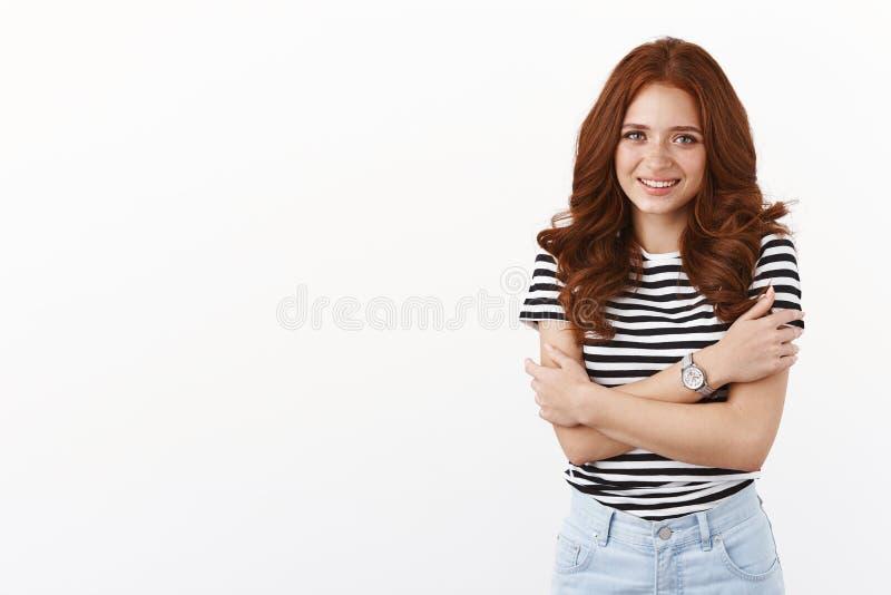 Tierder schattige roodkopvrouw met freckles met gestript T-shirt tijdens de kinderavond, glimlachend, gehumeurd stock afbeelding