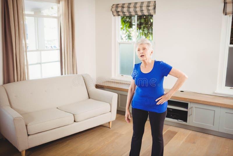 Tiered старшая женщина после разминки стоковые фотографии rf