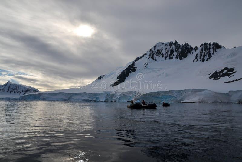 Tierkreisboote nahe Antartica lizenzfreies stockfoto