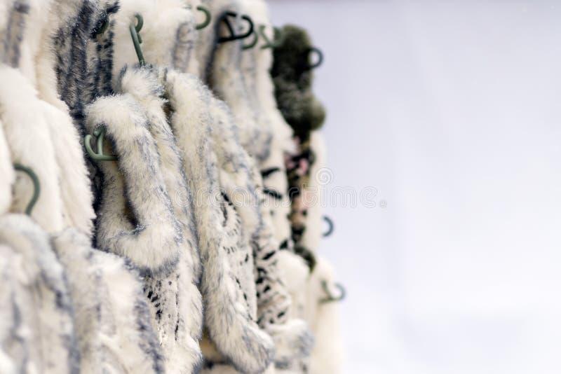 Tierpelz des warmen Winters kleidet für Verkauf im Stadtstraßenmarkt lizenzfreie stockfotos