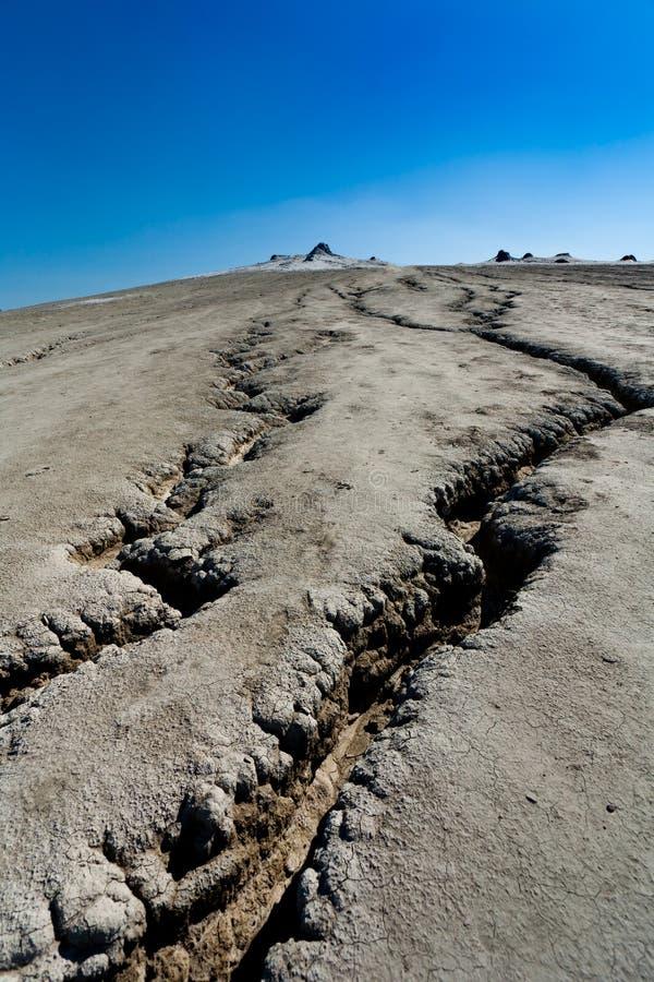 Tierra agrietada de los volcanes fangosos en Rumania fotografía de archivo libre de regalías
