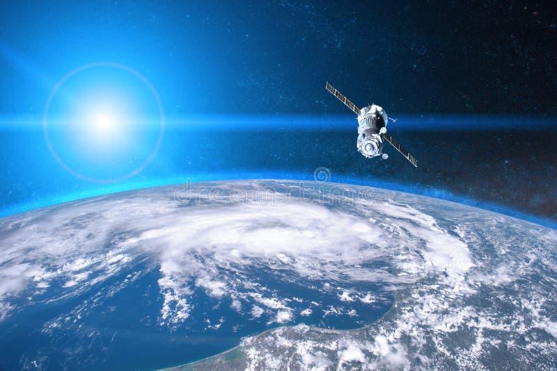 Tierra azul del planeta Lanzamiento de la nave espacial en espacio fotografía de archivo