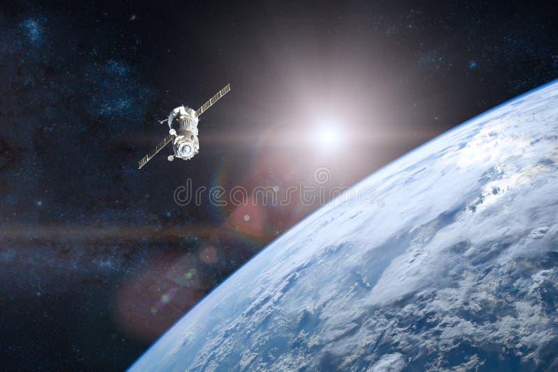 Tierra azul del planeta Lanzamiento de la nave espacial en espacio foto de archivo