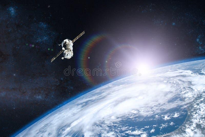Tierra azul del planeta Lanzamiento de la nave espacial en espacio imagen de archivo libre de regalías