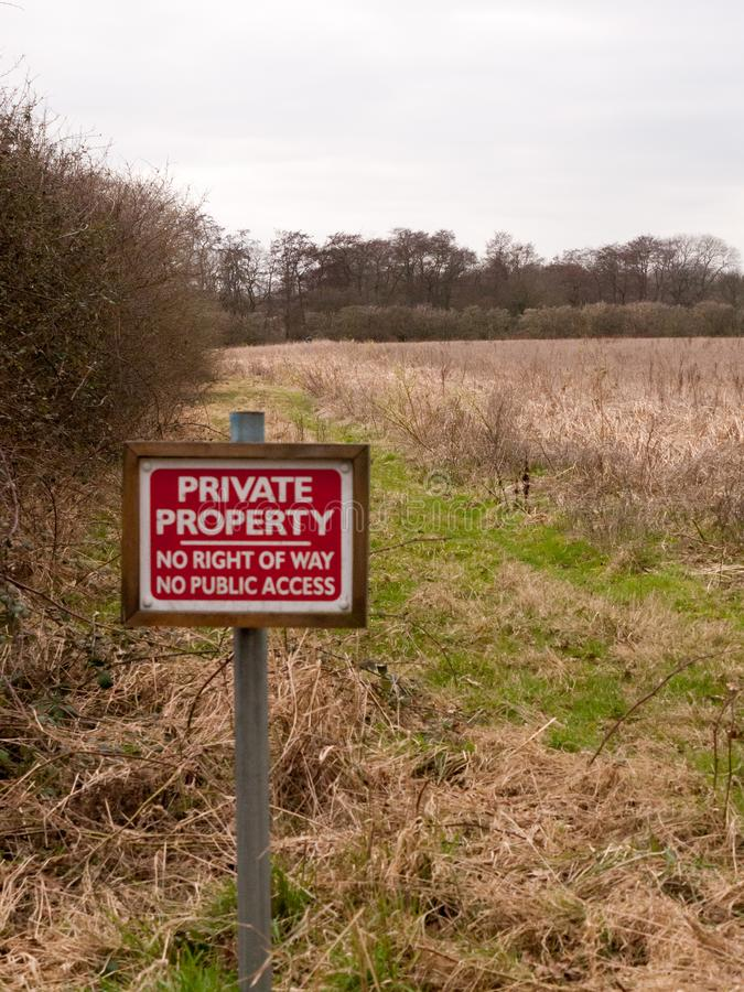tierra de cultivo de madera roja de la muestra de la propiedad privada ningún derecho de paso ninguna PU fotografía de archivo