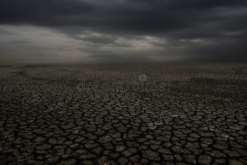 Tierra de la grieta y cielo de la nube fotos de archivo