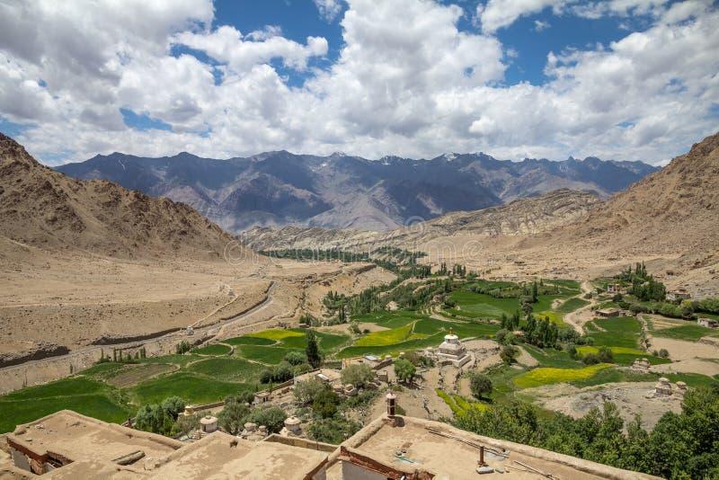Tierra de labrantío cerca de la corriente entre las montañas secas, de Likir Monaster imagen de archivo libre de regalías