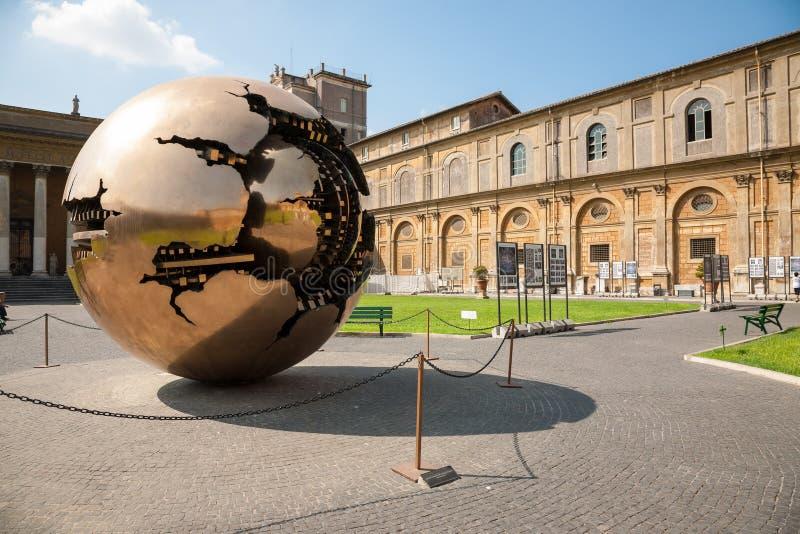 Tierra de oro (esfera dentro de la esfera) imagen de archivo libre de regalías