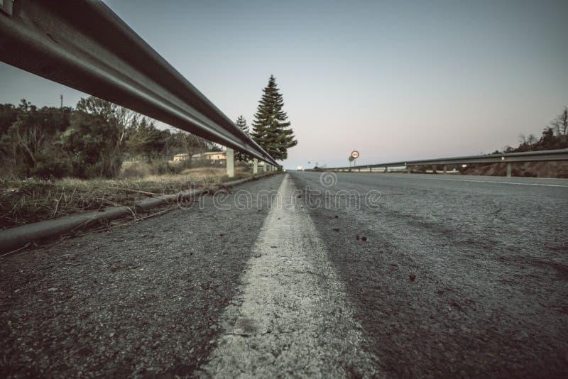 Tierra del camino de la pista de despeque con perspectiva recta de la seguridad de la barandilla imágenes de archivo libres de regalías