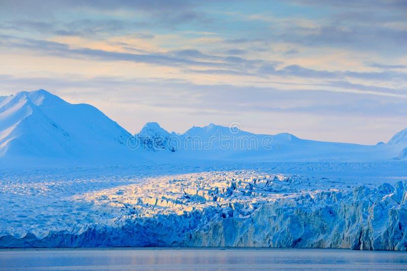 Tierra del hielo El viajar en Noruega ártica Montaña nevosa blanca, glaciar azul Svalbard, Noruega Hielo en el océano Iceberg en  foto de archivo