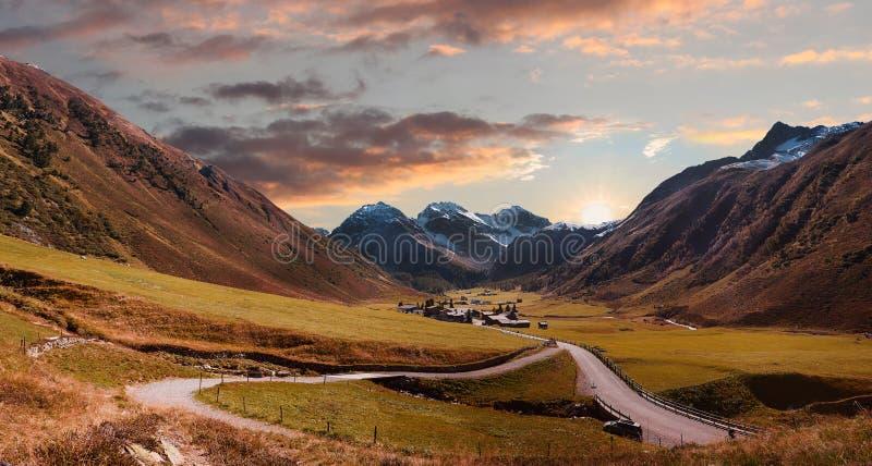 Tierra del valle y pueblo ilustrados del sertig por la mañana otoñal m foto de archivo