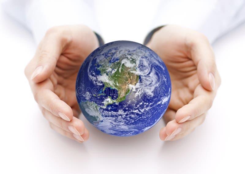 Tierra en el backgorund de las manos? creado en el picosegundo? fotos de archivo libres de regalías