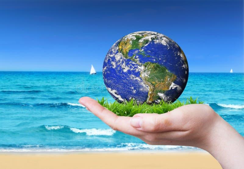 Tierra en la mano imagen de archivo libre de regalías