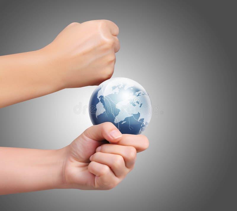 Tierra en mano humana contra libre illustration