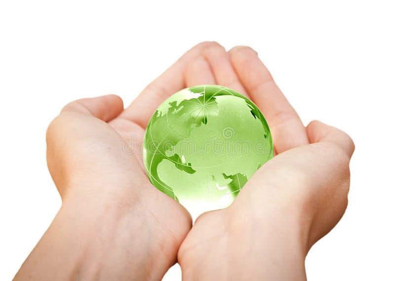 Tierra en manos. Mundo de cristal fotos de archivo libres de regalías