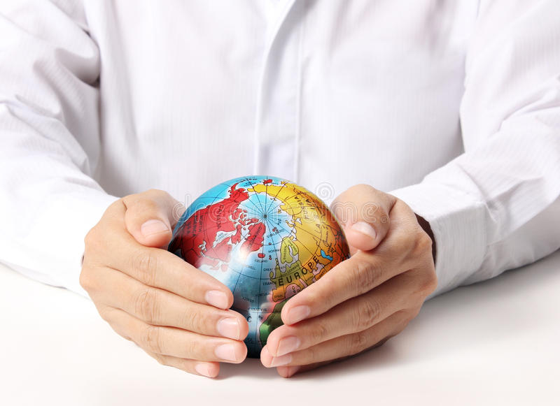 Tierra en ser humano la mano imagen de archivo libre de regalías