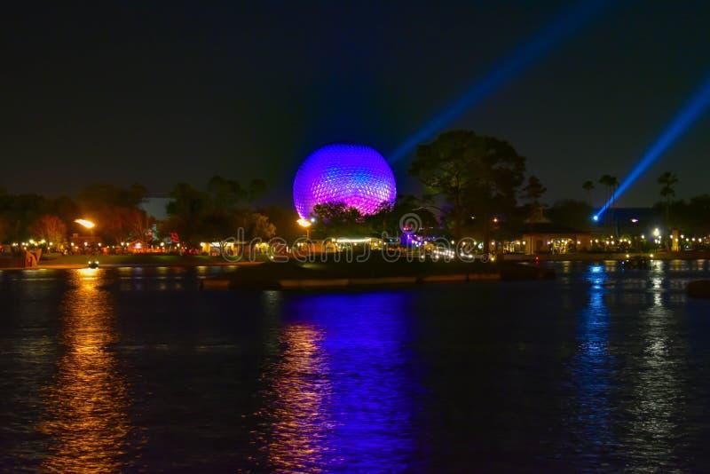Tierra iluminada de la nave espacial reflejada en el lago en Epcot en Walt Disney World foto de archivo