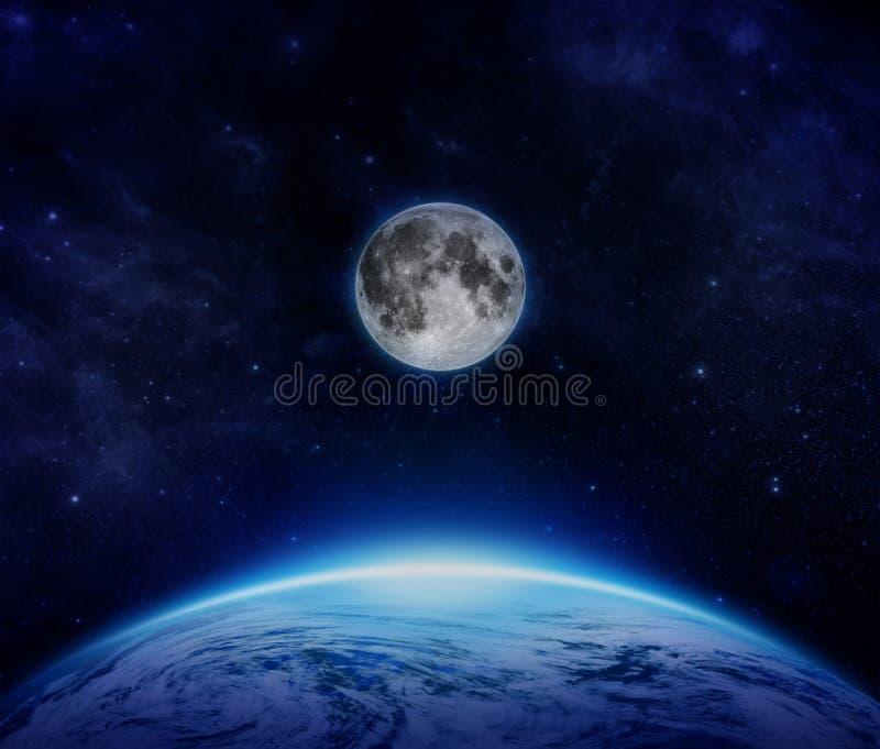 Tierra, luna y estrellas azules del planeta del espacio en el cielo imagen de archivo libre de regalías