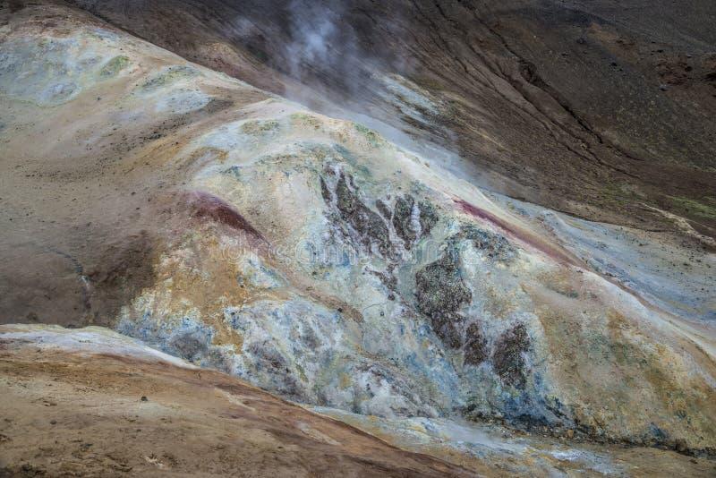 Tierra multicolora en área geotérmica imagen de archivo libre de regalías