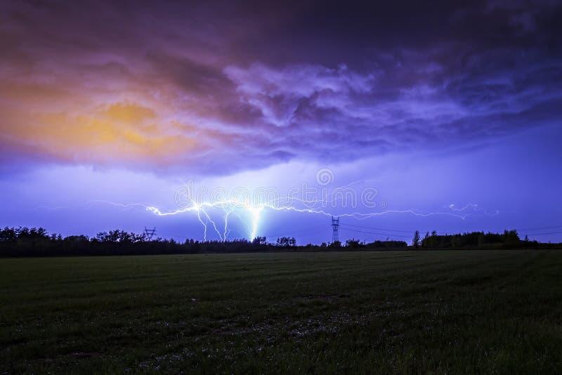 Tierra para nublarse el flash del relámpago de la CROMATOGRAFÍA GASEOSA contra un cielo dramático de la tormenta imagen de archivo